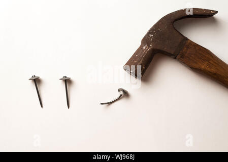 High Angle View Of Hammer and Nails sur fond blanc Banque D'Images