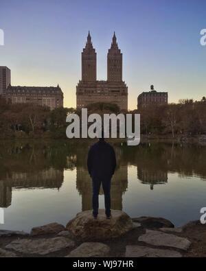 Vue arrière de l'homme à à San Remo, de Central Park Banque D'Images