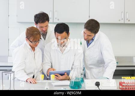 Groupe de scientifiques sérieux à l'aide de Tablet PC dans le laboratoire Banque D'Images