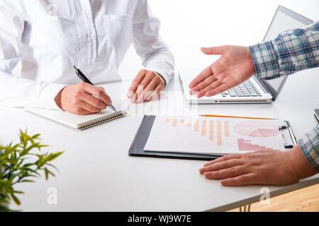 L'équipe d'affaires Deux collègues discutent de nouvelles données graphique financier plan