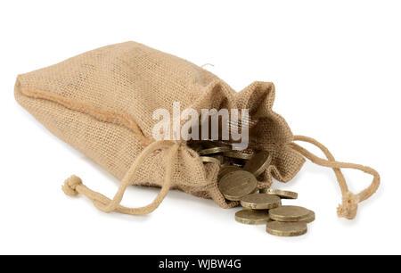 Close Up of Coins Spilling de sac contre fond blanc Banque D'Images