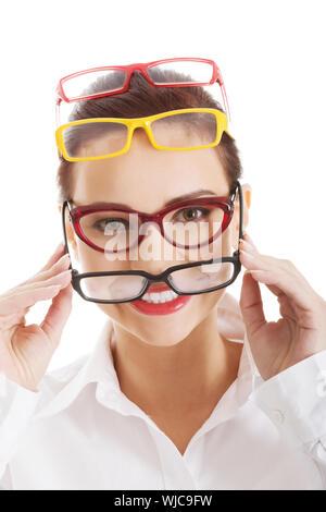 Belle femme portant quatre différentes paires de lunettes. Isolé sur blanc. Banque D'Images