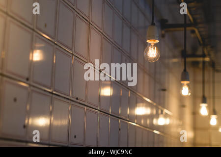 Low Angle View of Light bulbs pendaison contre les casiers Banque D'Images