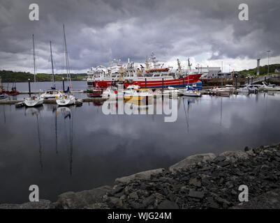 Killybegs, Co Donegal, Irlande - Mai 19th, 2019 - avec le port des yachts, bateaux de pêche, ciel couvert et pierre quay au premier plan. Banque D'Images