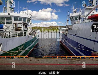 Killybegs, Co Donegal, Irlande - Mai 21st, 2019 - Deux bateaux de pêche amarrés au quai Banque D'Images