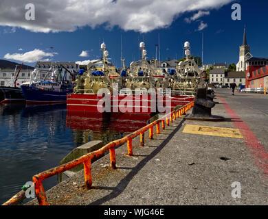 Killybegs, Co Donegal, Irlande - Mai 21st, 2019 - Trois bateaux de pêche amarré rouge identiques côte à côte sur le quai dans le port de Killybegs (vue arrière Banque D'Images