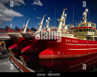 Killybegs, Co Donegal, Irlande - Mai 21st, 2019 - Trois bateaux de pêche amarré rouge identiques côte à côte sur le quai dans le port de Killybegs Banque D'Images