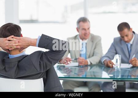 Les recruteurs du contrôle du candidat pendant une entrevue d'emploi at office Banque D'Images