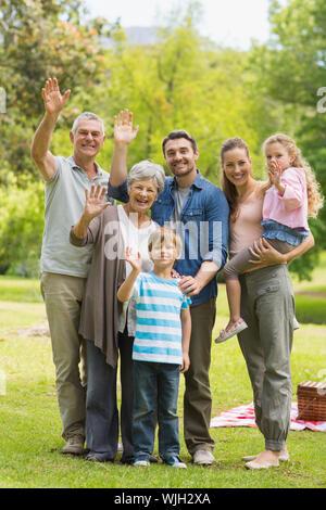 Portrait d'une famille élargie des signes avec la main dans le parc Banque D'Images