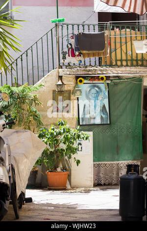 BARI, ITALIE - JUILLET 11,2018, vue d'une rue étroite dans la ville italienne de Bari, le linge est séché dans la rue, Pouilles, Italie Banque D'Images
