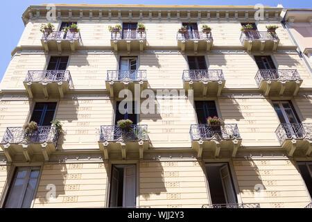 BARI, ITALIE - 11 juillet 2018. Architecture résidentielle typiquement italien. Immeuble d'appartements dans la ville italienne Bari. Bari est capitale de Metropolit Banque D'Images