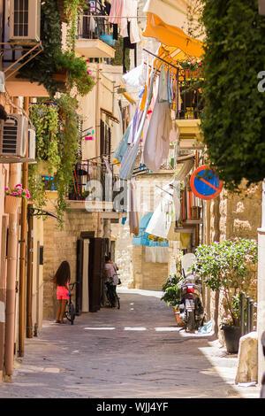 BARI, ITALIE - 11 juillet 2018, vue d'une rue étroite dans la ville italienne de Bari, le linge est séché dans la rue Banque D'Images