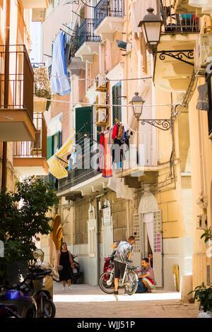BARI, ITALIE - 11 juillet 2018, vue d'une rue étroite dans la ville italienne de Bari, le linge est séché dans la rue, les gars s'agit de la moto Banque D'Images