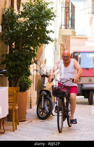 BARI, ITALIE - 11 juillet 2018, des scènes de la vie du Vieux Bari: un vieil homme d'une bicyclette Banque D'Images