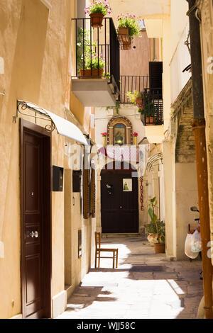 BARI, ITALIE - 11 juillet 2018, vue d'une rue étroite dans la ville italienne de Bari, le président est dans le soleil et la chaleur, siesta, personne n'est à l'extérieur Banque D'Images