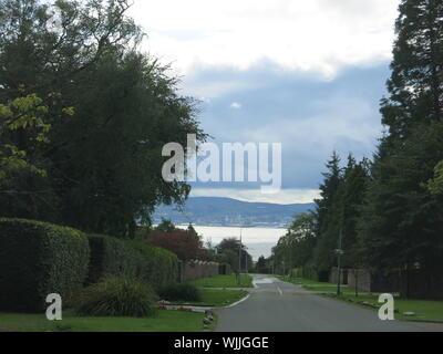 Une vue vers le bas Colquhoun Street à Helensburgh, en direction sud vers Greenock sur l'autre côté du Firth of Clyde. Banque D'Images