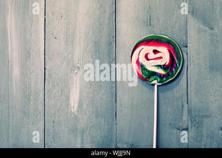Photo de rouge et vert lillipop sur fond de bois Banque D'Images