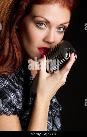 Singer avec microphone vintage Femme