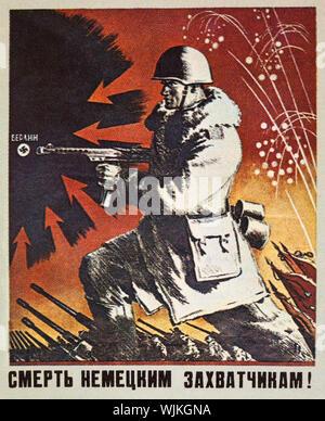 """Une fédération ou Union Soviétique de la Seconde Guerre mondiale affiche de propagande doté d''un soldat de l'Armée rouge que lui et ses collègues ont attaqué les troupes qu'ils ont attaqué Berlin en 1945. La légende dit """"mort aux envahisseurs allemands'. Banque D'Images"""