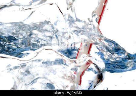 La paille et les bulles d'eau isolé sur fond blanc Banque D'Images