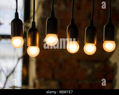 Close-up of Illuminated Light bulbs In Cafe Banque D'Images