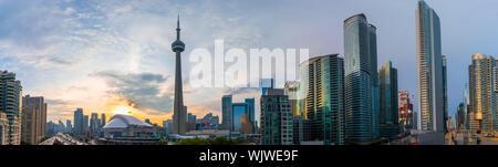 Cityscape panorama du centre-ville de Toronto, y compris l'horizon emblématique des fonctionnalités telles que le Rogers Centre, la Tour CN et le Gardiner Expressway parmi d'autres.
