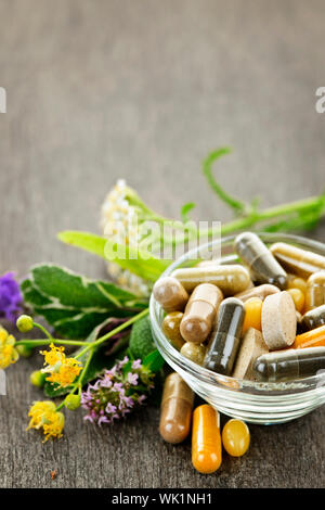 Les herbes pour la médecine alternative et des suppléments à base de comprimés Banque D'Images