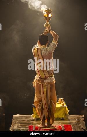 Ganga aarti effectuée dans la soirée par un prêtre à la Ghat Dashashwamedh. Banque D'Images