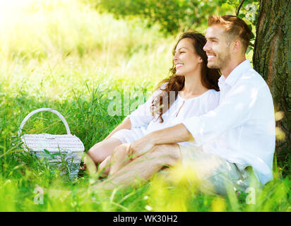 Beau jeune couple Having Picnic in Countryside Banque D'Images