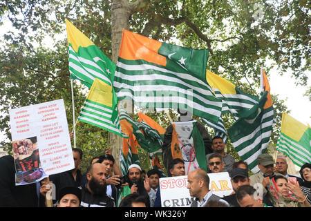 Londres, Royaume-Uni. 06Th Sep 2019. Une grande foule de manifestants se rassemblent dans la place du Parlement autour de la statue de Gandhi comme ils agitent des drapeaux en solidarité avec le peuple du Cachemire après le premier ministre indien Narendra Modi a prononcé un discours le jour de l'indépendance pour supprimer les droits spéciaux du Cachemire en tant que région autonome. Credit: SOPA/Alamy Images Limited Live News