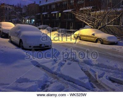 Voitures en stationnement couvert de neige Banque D'Images