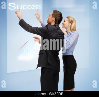 L'homme et la femme travaillent avec des écrans tactiles virtuelles Banque D'Images