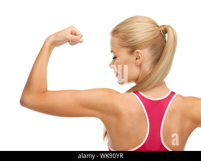 Photo de jeune femme sportive montrant ses biceps Banque D'Images