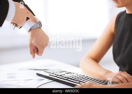 Patron et travailleur au travail avoir conflit Banque D'Images