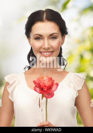 Jeune femme avec des fleurs Banque D'Images
