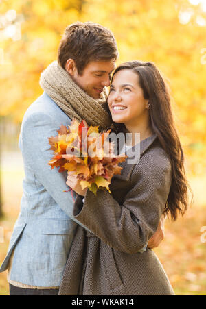 Couple romantique dans le parc en automne Banque D'Images