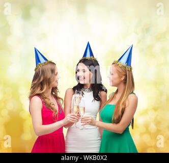 Trois femmes porter un chapeau avec des verres de champagne Banque D'Images