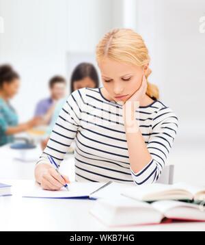 Femme étudie au collège concentré Banque D'Images