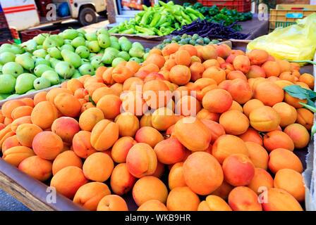 Arrière-plan lumineux de fruits, abricots, poires, prunes résident dans les bacs dans le marché et attirer l'attention. Banque D'Images