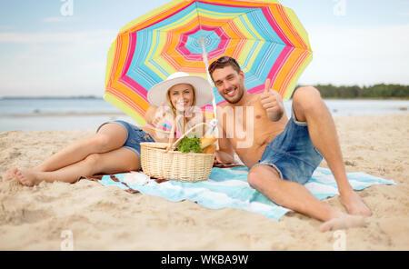 Smiling couple le soleil sur la plage Banque D'Images