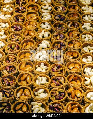 Portrait de divers fruits secs dans des contenants pour la vente au cours du marché Banque D'Images