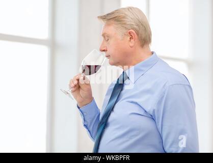 Plus man smelling red wine Banque D'Images