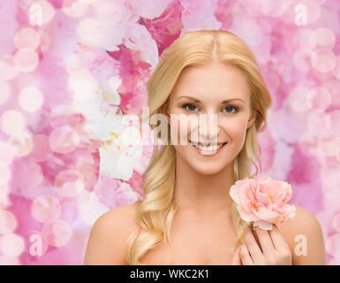 Jeune femme en fleur de pivoine Banque D'Images