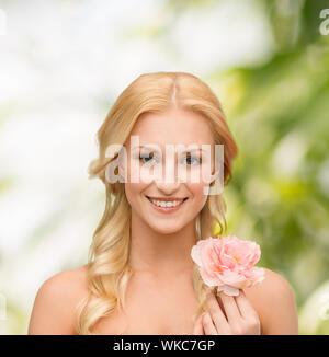 Et beauté concept floral - beau portrait de jeune femme en fleur de pivoine Banque D'Images