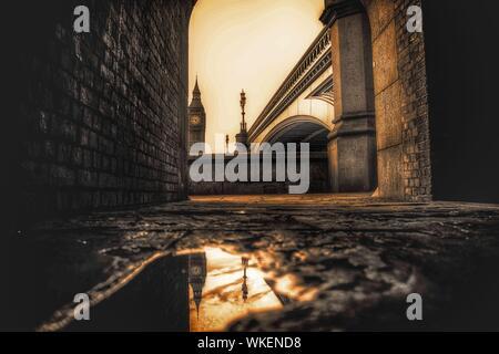 Niveau de la surface Vue de Big Ben Avec Reflection In Puddle Banque D'Images