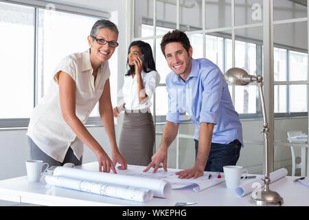 Architectes attrayant sur plans dans le bureau