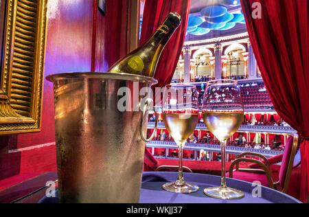 ALBERT HALL SERVICE DE BOISSONS VINS PRIVÉ INTÉRIEUR VERRES à intervalle de rafraîchissement de luxe, avec Domaine Dampt Chablis vin blanc dans un seau à glace avec refroidisseur lunettes coulé dans un box privé en velours rouge de luxe. Royal Albert Hall Promenade Proms Concerts Music Entertainment UK London Kensington Banque D'Images