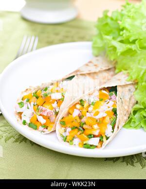 Servi avec salade de blé wraps rempli et la chair de crabe. Banque D'Images
