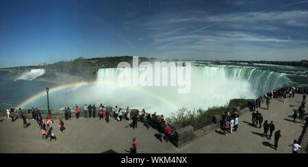 Les touristes à la recherche à Niagara Falls en arc-en-ciel contre Banque D'Images