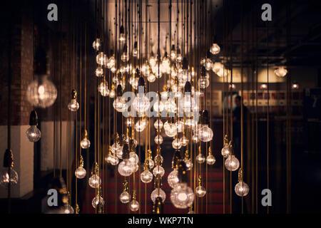 Ampoules lumineux suspendus dans Restaurant Banque D'Images